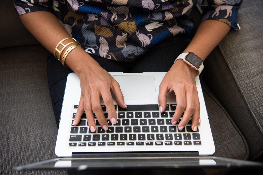 apple-devices-apple-watch-bracelet-1181511.jpg
